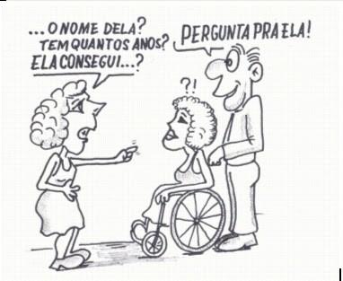 """charge onde uma mulher pergunta a um homem, ao lado de uma moça cadeirante de rodas """"o nome dela? """"tem quantos anos?"""" ela consegue? e o homem responde a atitude de capacitismo com """"pergunta pra ela"""""""