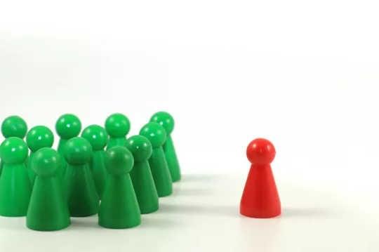 Capacitismo é a exclusão, como dos peões verdes que excluem o vermelho, na imagem