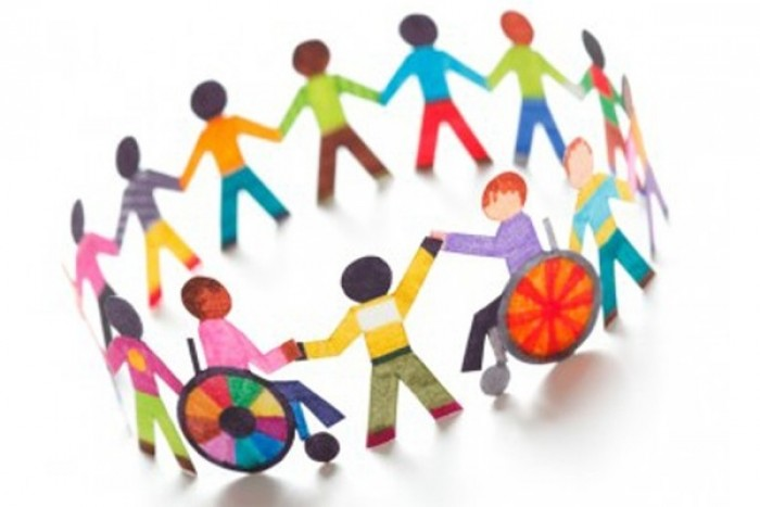 ilustração de bonecos de papel, com diversas cores de roupas e de pele, com cadeirantes de rodas, de mãos dadas em um círculo, para que todos participem da luta das pessoas com deficiência