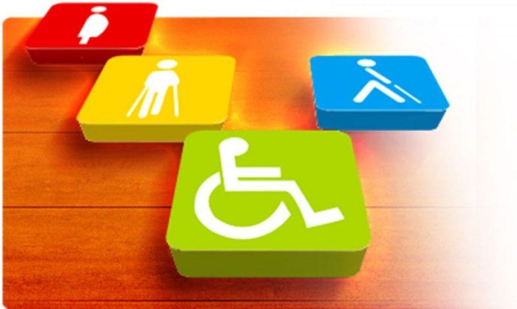 empresas e inclusão representada por blocos com símbolo de pessoas com deficiência, em uma mesa